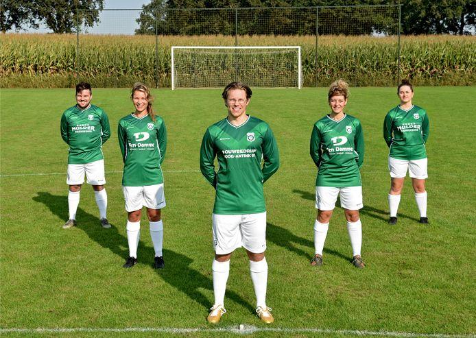 Voetballers van SC Meddo showen de nieuwe tenues van de club uit het Winterswijkse kerkdorp.