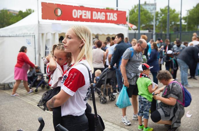 Feyenoordfans verzamelen zich voor de open dag.