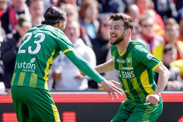 """Erik Falkenburg (rechts) viert zijn doelpunt tegen Feyenoord met El Khayati, die de assist gaf. ,,Zijn voorzetten zijn lastig in te schatten"""", zegt Falkenburg over El Khayati."""