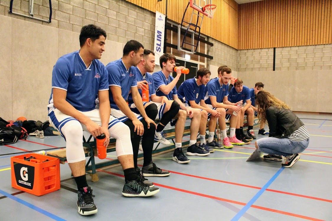Het herenteam onder 22 van basketbalvereniging The Jugglers in betere tijden, toen nog in de zaal werd gesport.