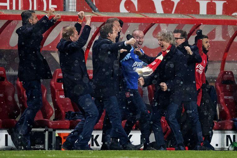 FC Twente-trainer Gertjan Verbeek (met sjaal) juicht na de 3-3 tegen Ajax. Beeld anp
