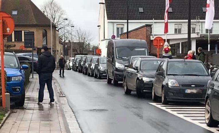 Toen de brandweer moest uitrukken, stond de Molenweg volgeparkeerd met auto's van ouders die hun kroost kwamen ophalen in de basisschool, recht tegenover de kazerne.