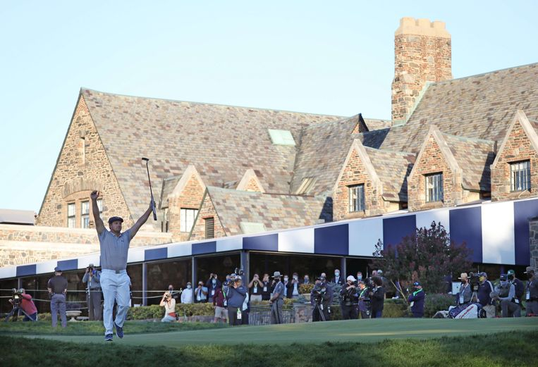 De Amerikaan Bryson DeChambeau viert de winst van de 120ste US Open golf op de prestigieuze Winged Foot Golf Club in Mamaroneck, New York. Beeld AFP