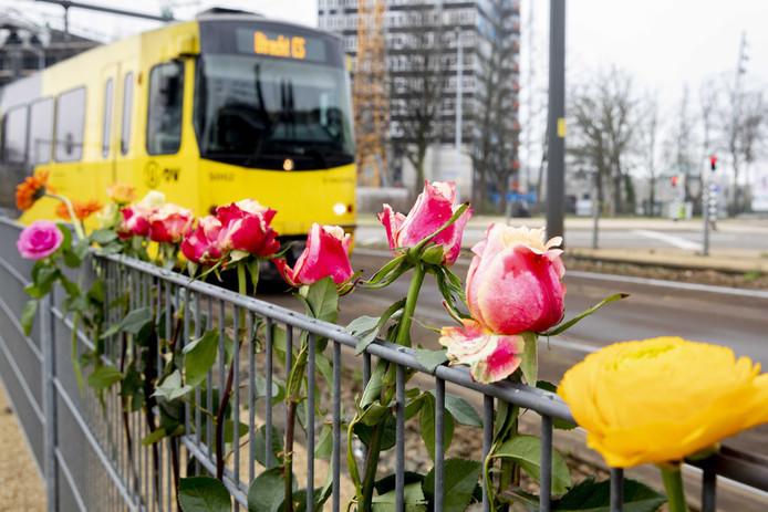 Bloemen, kaartjes en steunbetuigingen op de plek waar de schietincident plaatsvond op het 24 Oktoberplein.