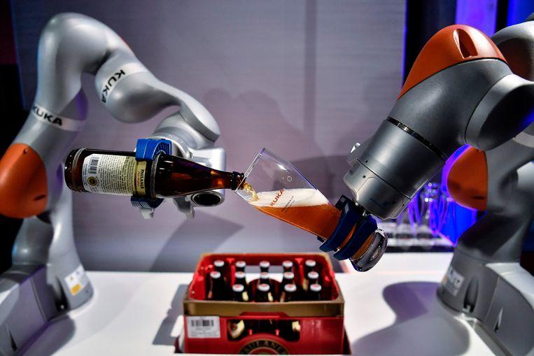 De robots van Kuka kunnen ook bier schenken. Beeld AFP