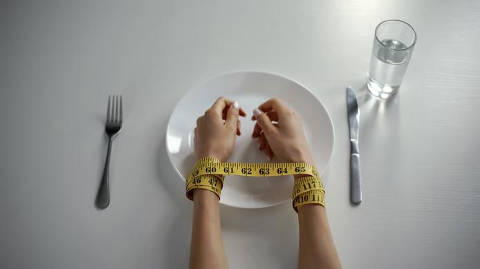 In Nederland kampen zo'n 5800 mensen met anorexia, van wie de helft uiteindelijk geneest.