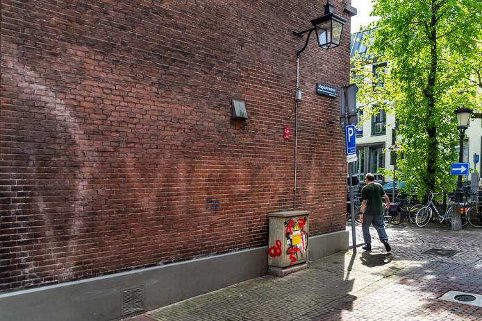 Op de hoek van de Nieuwegracht en de Magdalenastraat is de oude NSB-leus uit de Tweede Wereldoorlog nog vaag zichtbaar.