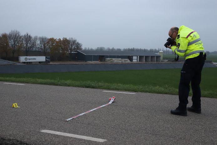 De politie doet onderzoek na een ongeval op de Burensestraat in Kapel-Avezaath.