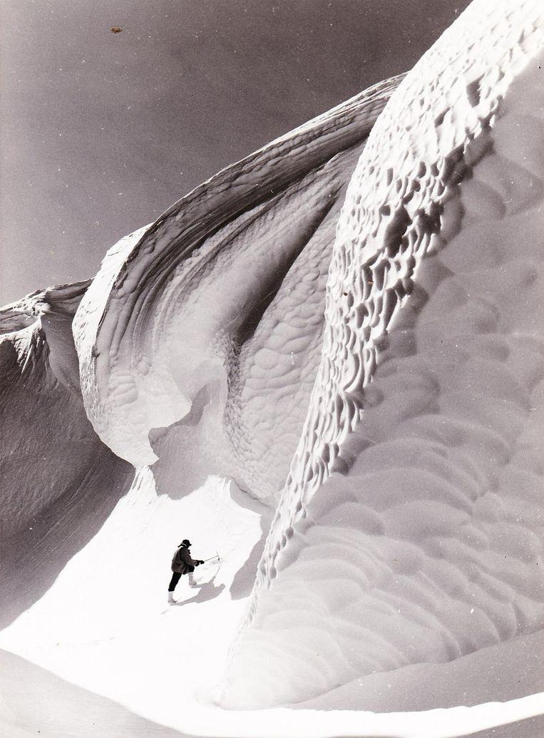 Een expeditielid aan het werk in de feeërieke omgeving van het Sør Rondane-gebergte op Antarctica.