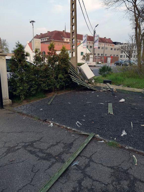 De wagen waarmee het viertal wilde vluchten, belandde in de voortuin van enkele bewoners van de Pater Damiaanstraat in Ninde bij Tremelo.