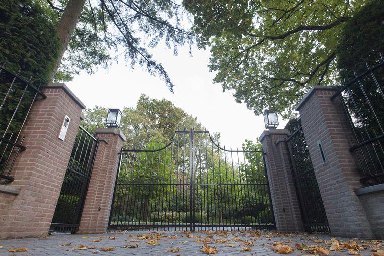Het hek voor het huis van John de Mol in Blaricum waar op 18 september gebakjes worden gebracht met een brief vol nieuwe aanwijzingen. Beeld anp