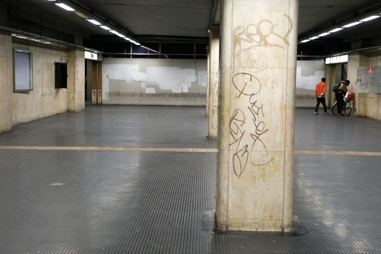 Oude metrostation beurs, waar drugsverslaafden verzamelden
