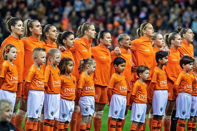 De Nederlandse voetbalsters zingen het Wilhelmus, voorafgaand aan de oefeninterland tegen Mexico.  Beeld Guus Dubbelman / de Volkskrant