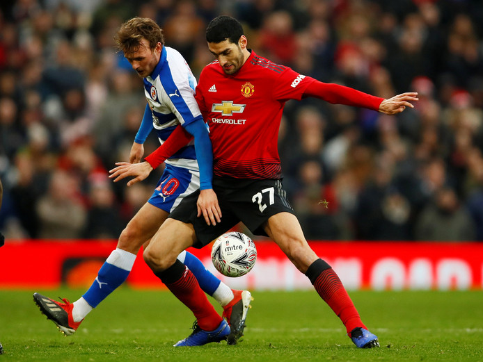 Marouane Fellaini (r) in duel met Reading-speler John Swift.