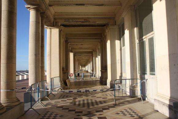 Afgelopen zomer is er nog een groot stuk uit het plafond van de Koninklijke Gaanderijen gevallen, waarna ze plaatselijk afgesloten werden.