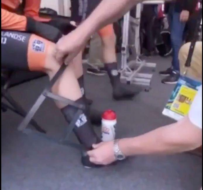 Voor Amy Pieters was de UCI-commissaris in Yorkshire onverbiddelijk: haar sokken moesten acht millimeter naar beneden of ze kon niet starten in de nieuwe Mixed Team Relay.