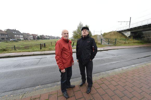 Fons Ivens en Philippe Deleu aan de Prinshoeveweg waar Infrabel een spoorvertakking van 1,8 kilometer lang wil bouwen.