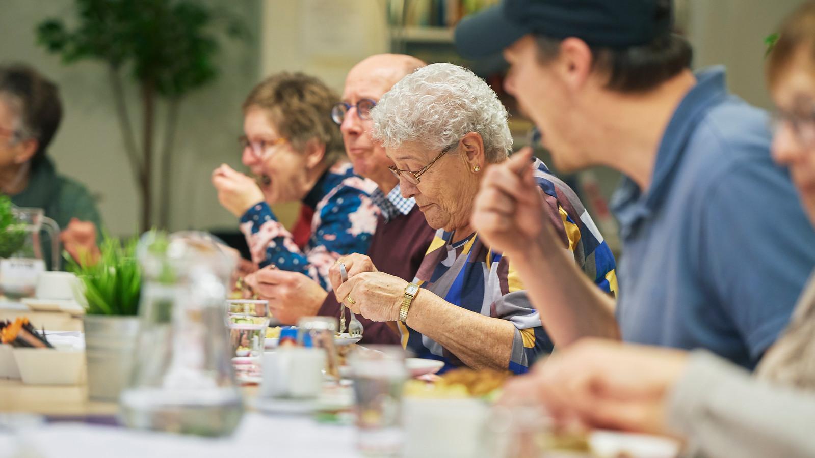 Wijkcentrum Schadewijk in Oss is begonnen met 'Samen Eten': voor iedereen die het gezellig vindt om aan te schuiven.