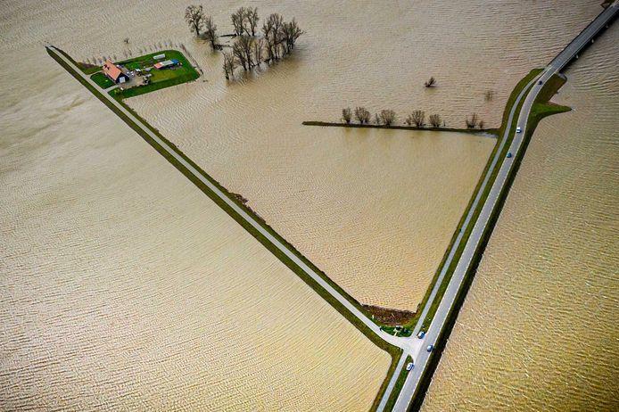 Dronefoto van de voormalige polder Noordwaard in de Biesbosch, waarin deze week voor het eerst overtollig water uit de rivier de Merwede werd opgevangen vanwege de hoge waterstand
