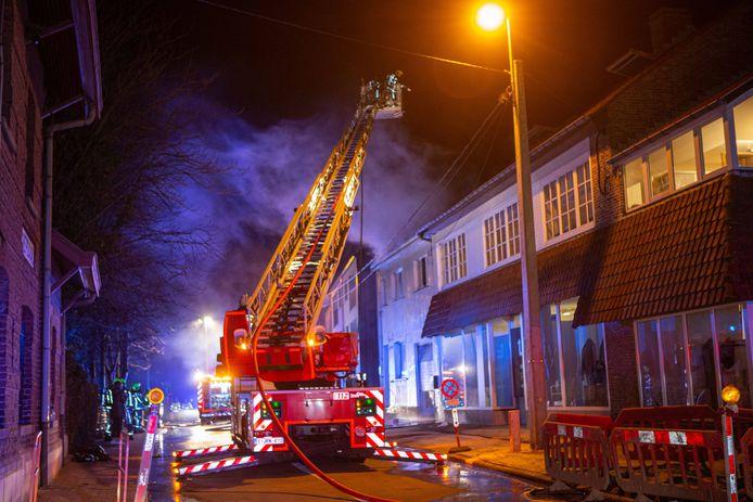 Het vuur woedde voornamelijk aan het dak en op de zolderverdieping.