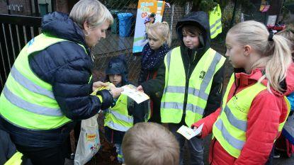Kinderen Heilig Hart&College Halleweg in fluo naar school dankzij verkeersouders