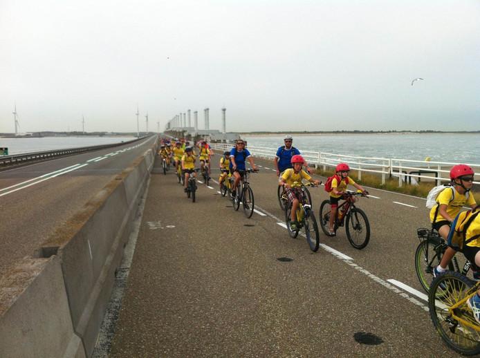 Gestage stroom fietsers en auto's vanaf noord-Beveland naar Neeltje Jans