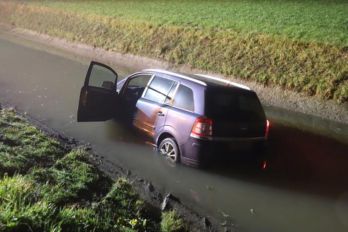 Voor de derde keer in korte tijd belandde een auto in de sloot aan de Reuchlinlaan in Tiel.