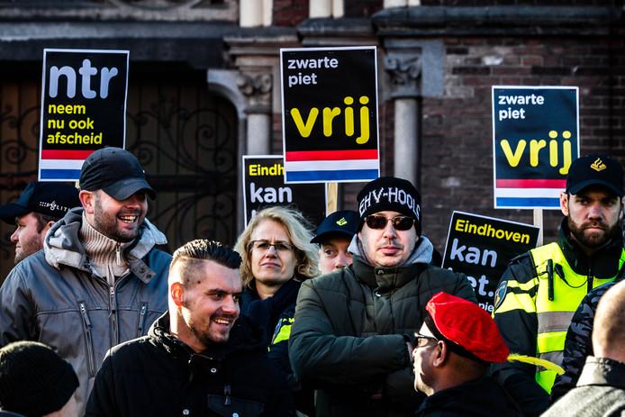 Een tegendemonstratie op de actie van Kick Out Zwarte Piet tijdens de intocht van Sinterklaas in Eindhoven, ontaardde in racistische spreekkoren.