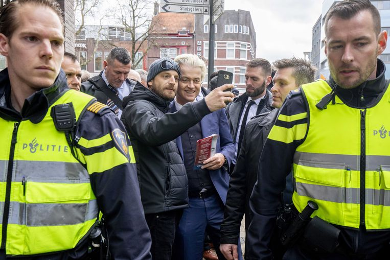 Geert Wilders hield zaterdag een flyeractie in het Nederlands Limburgse Heerlen. Hij deed dit - zoals steeds - onder strenge beveiliging.
