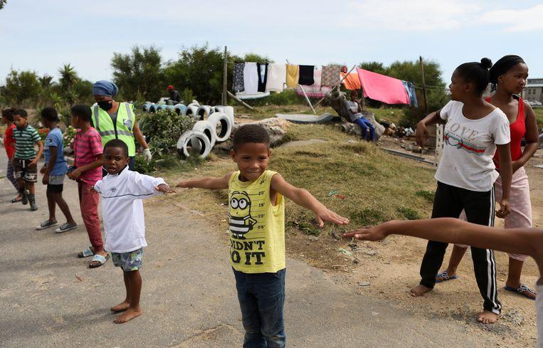 Kinderen oefenen social distancing in Kaapstad, Zuid-Afrika.