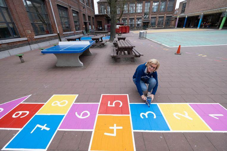 De leerkrachten van basisschool 't Pleintje maken gebruik van de extra tijd door de coronacrisis om de speelplaats op te frissen