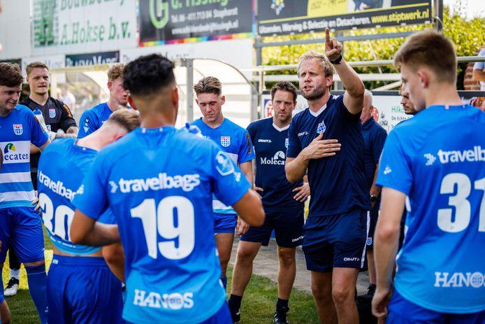 PEC Zwolle O21 was afgelopen weekend al actief op het mini-toernooi van derdedivisionist Staphorst. Midden (wijzend): trainer Niek Loohuis.