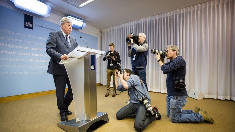 Minister Ivo Opstelten van Veiligheid en Justitie tijdens de persconferentie waarin hij zijn aftreden aankondigt Beeld anp