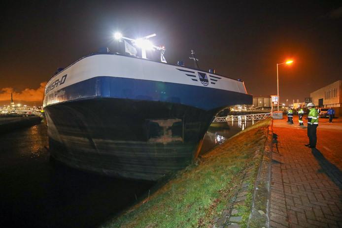 Een binnenvaartschip botste tegen de kade nadat het werd geramd door een stuurloos binnenvaartschip.