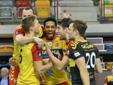 Apeldoornse en Zwolse volleyballers spelen vanwege de avondklok al in de middag: 'Zo kunnen ook de vrijwilligers op tijd thuis zijn'