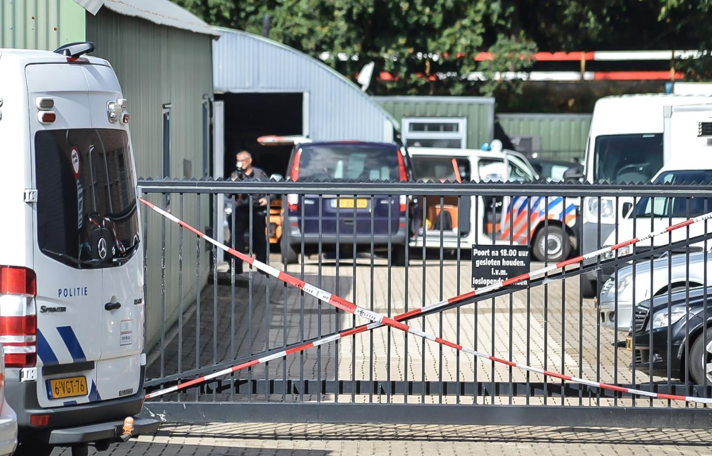 De politie heeft maandag een inval gedaan bij een bedrijfspand aan de Bovensteweg in Mook.