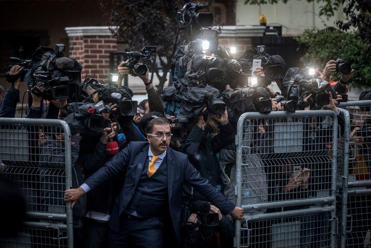 Een man probeert de pers tegen te houden bij het Saudische consulaat in Istanbul.  Beeld Chris McGrath / AP