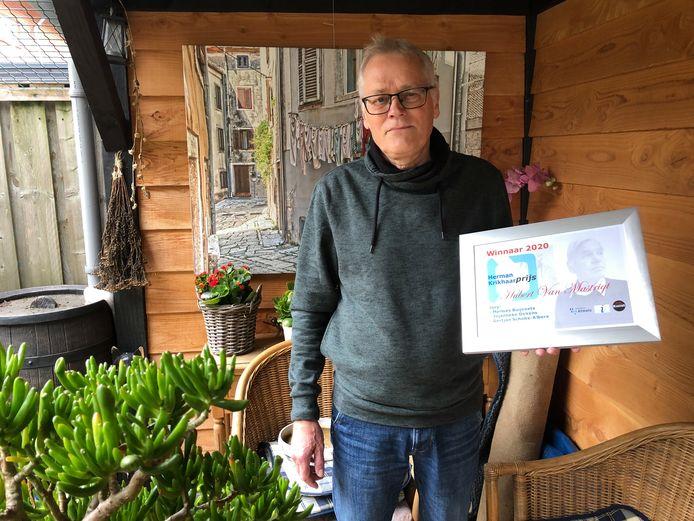 Hubert van Mastrigt nam het certificaat en het bijbehorende eerbetoon bij hem thuis in ontvangst. Een officiële ceremonie rond de winnaar van de Herman Krikhaarprijs is dit jaar vanwege corona niet mogelijk.
