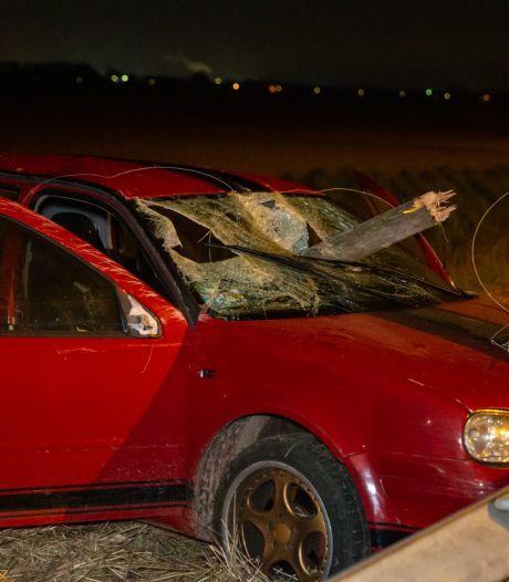 Paal doorboort auto bij ongeluk op A16: vijf gewonden, dronken automobilist aangehouden