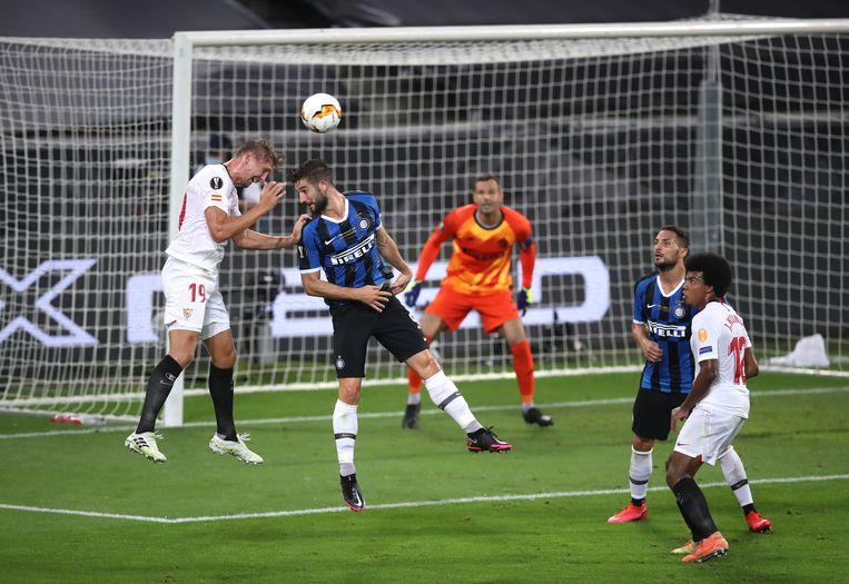 Luuk de Jong knikt knap de 2-1 voor Sevilla binnen, De Jongs tweede kopgoal. Beeld BSR Agency