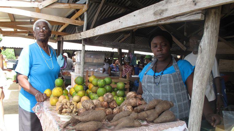 Verkoopsters op een markt in Paramaribo. Beeld Iñaki Oñorbe Genovesi