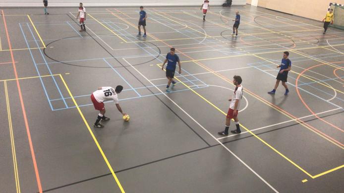 RCS (witte shirts) neemt een vrije trap in de finale tegen SSV'65.