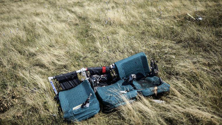 Vliegtuigstoelen in het veld waar MH17 neerstortte.