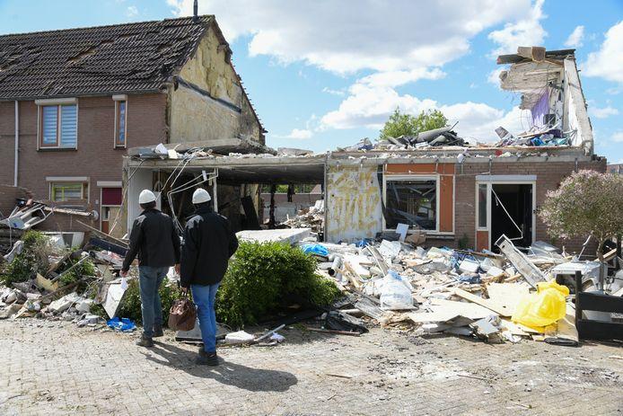 Inspecteurs bekijken de ravage na de gasexplosie in de Hillekensacker 32ste straat.