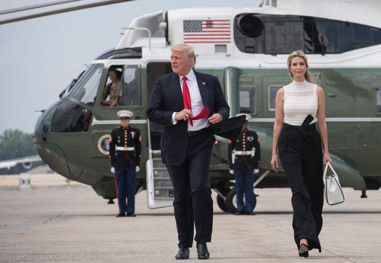 President Trump en zijn dochter Ivanka lopen op de luchtmachtbasis Andrews naar Air Force One voor een bijeenkomst in Wisconsin. Sinds zijn inauguratie, heeft de president zijn slechte rapportcijfers niet kunnen verbeteren. Beeld null