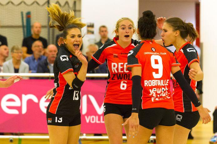 Iris Reinders (6) speelt komend seizoen weer in het voor haar verrtouwde shirt van Regio Zwolle Volleybal.