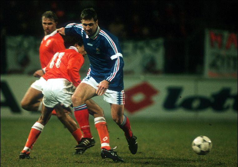 Éric Cantona in een interland tegen Nederland (1995), enkele maanden voor zijn schorsing.