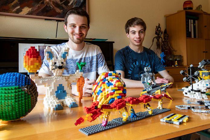 Martijn (links) en Jos (rechts) zijn thuis alweer aan het bouwen geslagen.