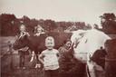 Een jonge Evert de Niet op de boerderij in Aalten.
