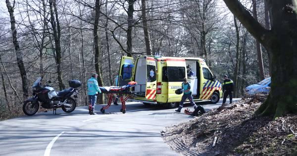 Motorrijder breekt enkel bij ongeluk in de beruchte S-bochten bij de Posbank, weg afgesloten.